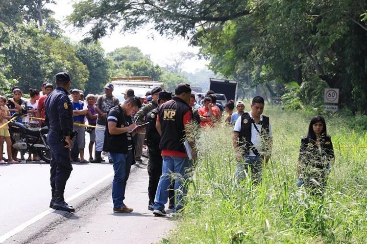 Autoridades trabajan en el lugar del hallazgo del doble crimen. (Foto Prensa Libre: Enrique Paredes)