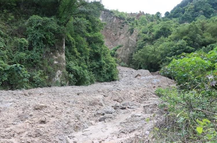 Gran cantidad de piedras y lodo bajan del Cerro Lec. (Foto Prensa Libre: Ángel Julajuj)