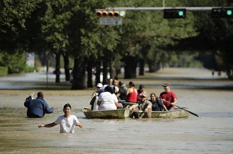 La gente es evacuada un vecindario inundado en Addicks Reservoir,Houston,Texas.(AP).