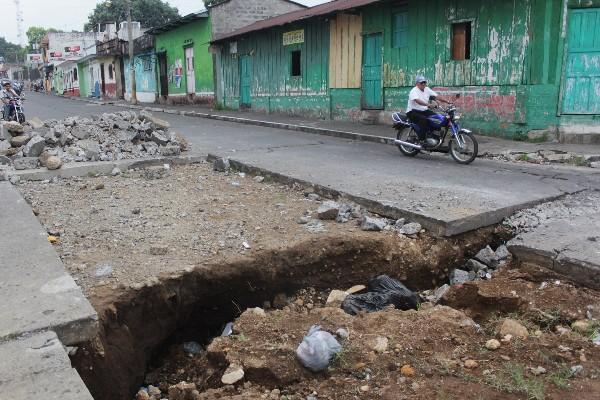 Vecinos lanzan basura en agujero que se formó por negligencia de la comuna.