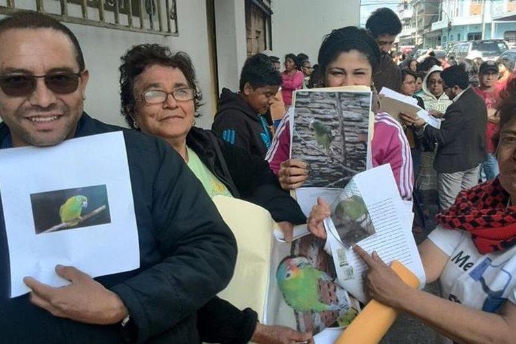 Decenas de personas esperan hasta seis horas para realizar el registro de sus mascotas en Conap. (Foto Prensa Libre: Estuardo Paredes)