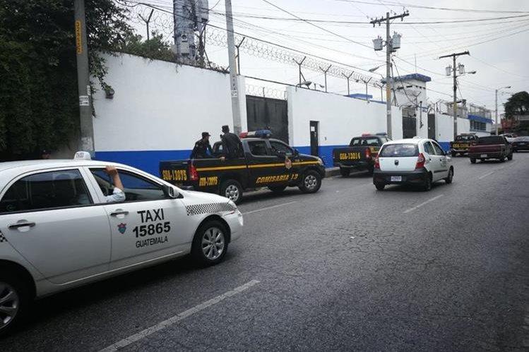 Policías permanecen frente a correccional Gaviotas en zona 13. (Foto Prensa Libre: Erick Ávila)