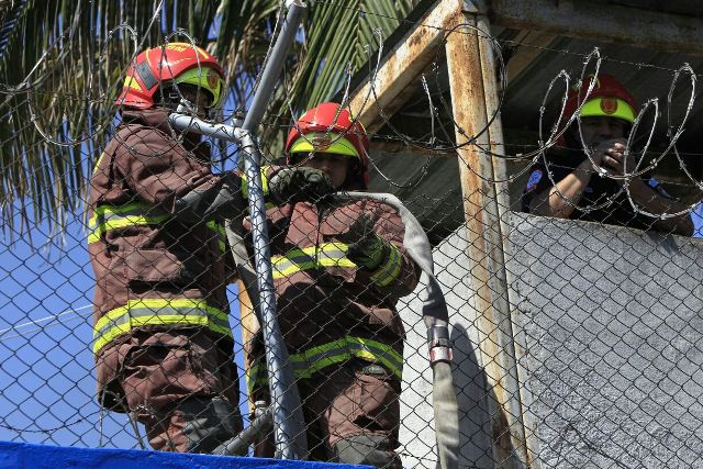 Bomberos sofocan el fuego provocado por los amotinados en Gaviotas.