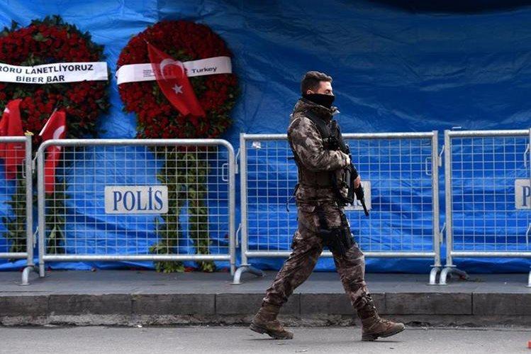 Un policía custodia las cercanías de la discoteca Reina en Estambul, donde el pasado 1 de enero un ataque terrorista acabó con la vida de 39 personas. (Foto Prensa Libre: AFP).