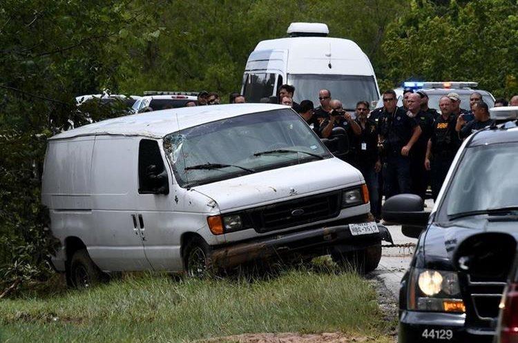 La policía retiran los cadáveres de los integrantes de la familia que murieron al caer el vehículo en un pantano.(AFP).