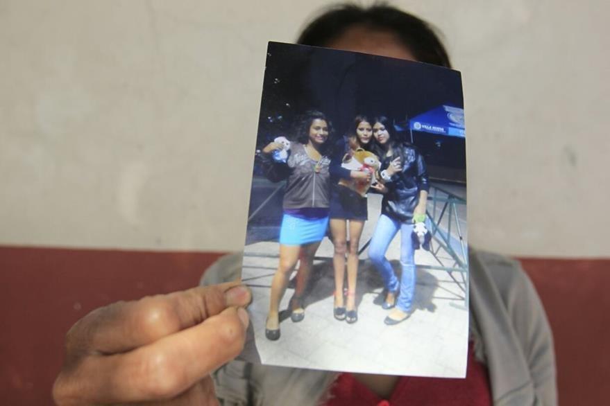 Joseline Maricela -al centro- de 16 años, murió quemada junto a otras menores. (Foto Prensa Libre: Carlos Hernández)