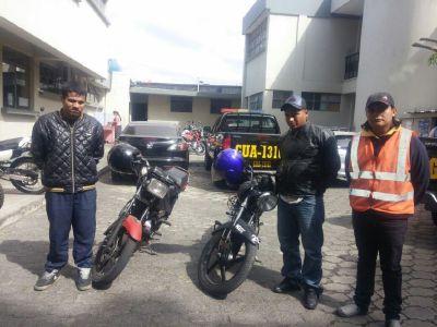 Los detenidos se movilizaban en dos motocicletas con las que asaltaban en la zona 10( Foto Prensa Libre: PNC.)