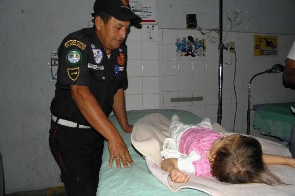 Socorrista cuida  a la niña  en hospital.