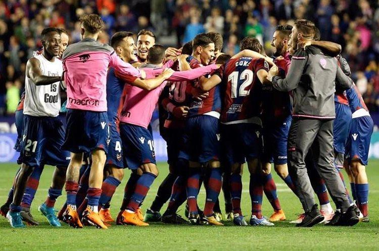 Los jugadores del Levante festejaron efusivamente el triunfo por 5-4 sobre el Barcelona. (Foto Prensa Libre: EFE)