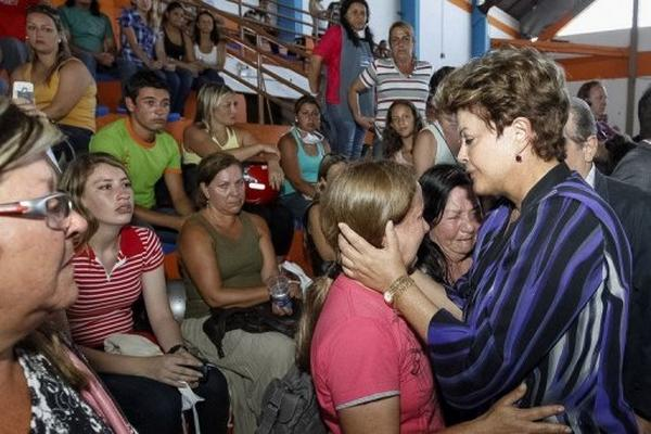 <p>La presidenta de Brasil, Dilma Rousseff, trata de consolar a familiares de víctimas del incendio de la discoteca de Santa María. (AFP).<br></p>