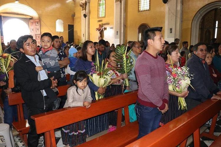 Fieles en una iglesia de Quetzaltenango. María José Longo