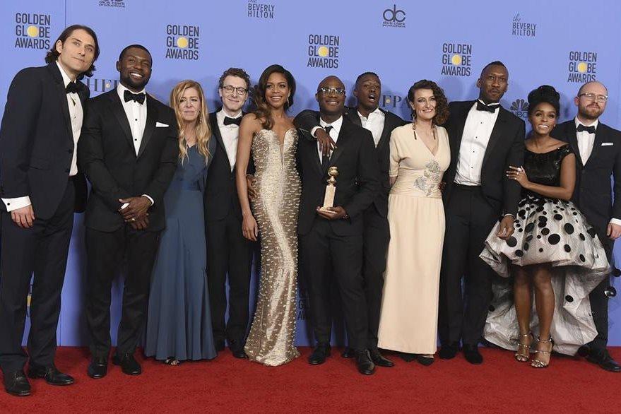 La película Moonlight uno de los premios más codiciados, el de mejor drama. En la imagen el director (con la estatuilla) junto al elenco. (Foto Prensa Libre: AP)