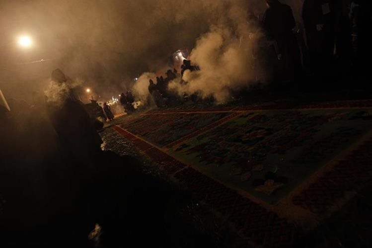 El aroma en las calles de esta resina es sinónimo de Semana Santa. (Foto Prensa Libre: Óscar Rivas)