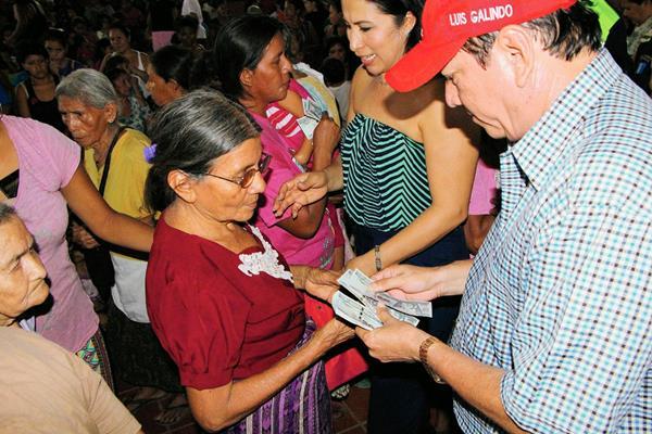 Las mujeres  hicieron  fila para que el alcalde de Retalhuleu, Luis Galindo, les entregara billetes de Q20. (Foto Prensa Libre: Rolando Miranda)