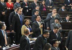 Diputado Estuardo Galdámez -centro- dio gritos en la plenaria para censurar a Mario Taracena. (Foto Prensa Libre: Esbin García)