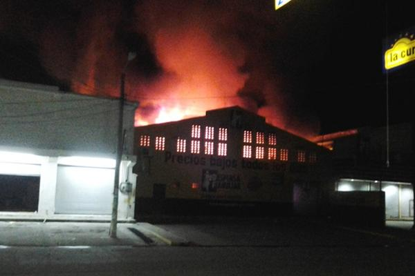 <p>Incendio se provocó por un corto circuito en el local. (Foto Prensa Libre: Felipe Guzmán)</p>