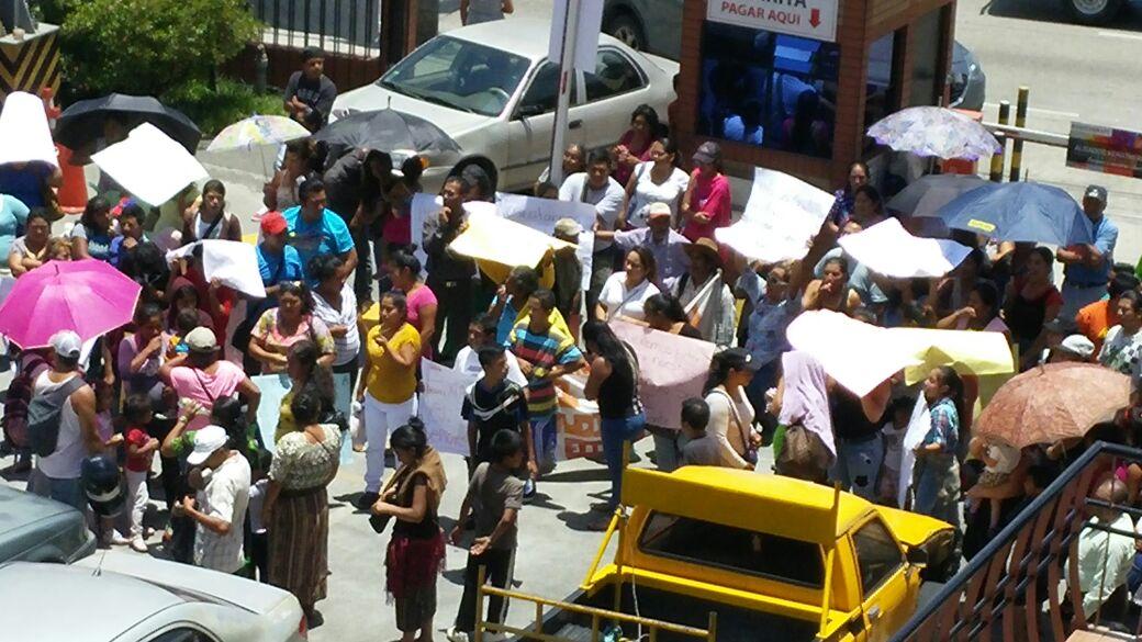 La Plaza Grecia, en la zona 12, es tomada por inconformidades en los subsidios entregados por Fopavi. (Foto Prensa Libre: Cortesía)