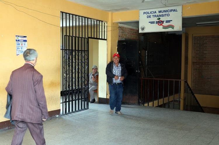 Conductores intentan pagar multas de tránsito pero fallo en sitema informático de la comuna no lo permite. (Foto Prensa Libre: Carlos Ventura)