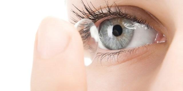 A diferencia de la lente convencional, la lente de Pauné evita el aumento de la miopía al cubrir también la visión lateral.