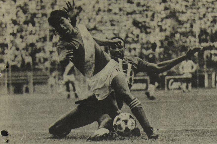 Byron Pérez ha sido despojado del balón en forma limpia, y antes de que el trinitario toque al guatemalteco. 21/10/1989. (Foto: Hemeroteca PL)
