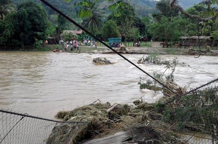 El río Champas arrastro el puente y dejo incomunicado el paso para seis comunidades en Champas Corrientes, Puerto Barrios, Izabal.  (Foto Prensa Libre: Dony Stewart)