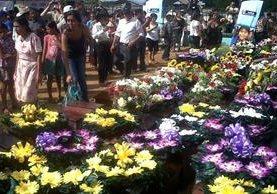 """<p>Familiares adornaron con flores las osamentas para despedirse de sus seres queridos. (Foto Prensa Libre: Rigoberto Escobar)<br _mce_bogus=""""1""""></p>"""