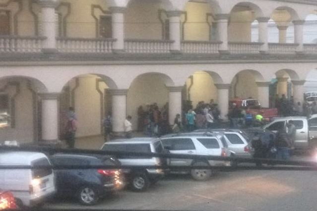 Parqueo de la Municipalidad de San Pedro Carchá, Alta Verapaz. (Foto Prensa Libre: Facebook)