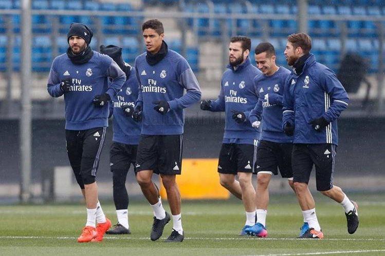 El defensa francés Raphael Varane entrenó con normalidad con el resto del grupo y está disponible para jugar el fin de semana. (Foto Prensa Libre: Real Madrid)