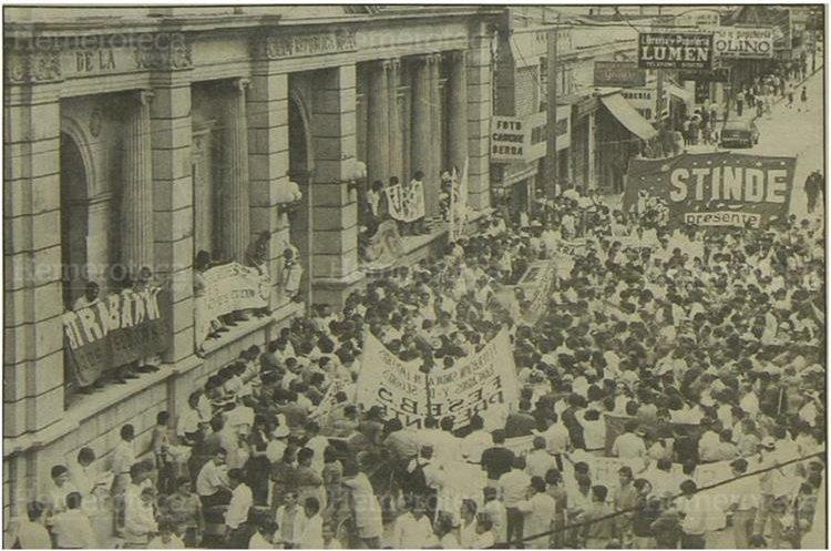 Protesta de sindicalistas, empleados públicos, Grupo de Apoyo Mutuo (GAM), Comité de Unidad Campesina  (CUC) y de la UASP  protestaron frente al Congreso de la República antes de ocuparlo. 5/9/1993. (Foto Hemeroteca PL)