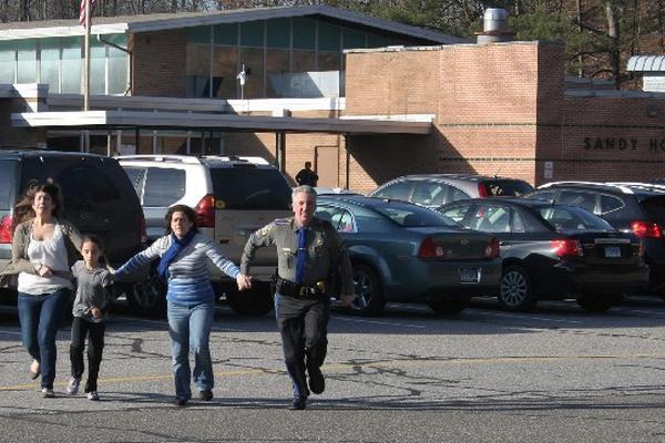 <p>Momentos en que la Policía y padres evacuaban a sus hijos de una escuela primaria de Connecticut.</p>