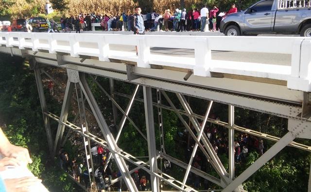 El cadáver de María Bartola Tzep Jaminez fue localizado colgando de un puente, en Nahualá, Sololá. (Foto Prensa Libre: Ángel Julajuj)