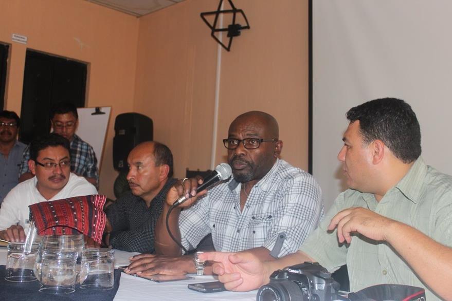 Sidney Samuels, ministro de Ambiente, explica situación en la que se encuentra en Lago de Atitlán. (Foto Prensa Libre: Édgar R. Sáenz)