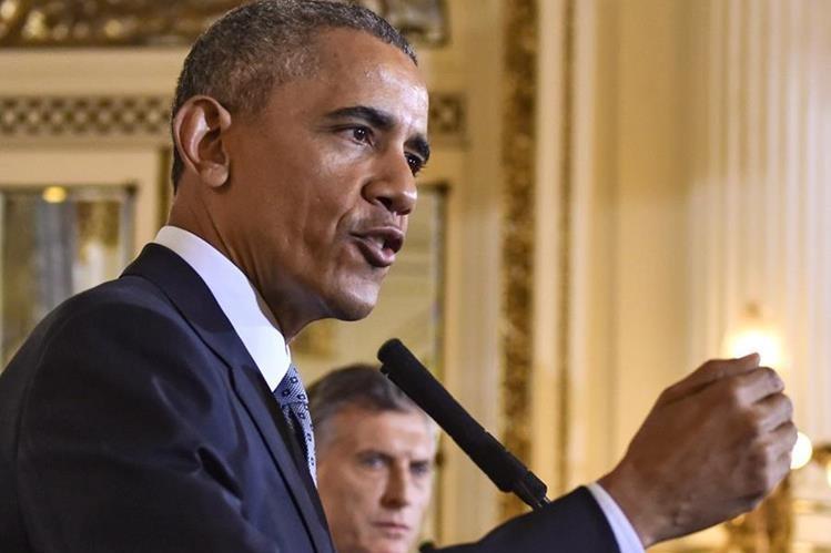 Barack Obama (izquierda), durante una conferencia de prensa con el presidente argentino (Mauricio Macri), cuando habló de terrorismo. (Foto Prensa Libre: AFP).