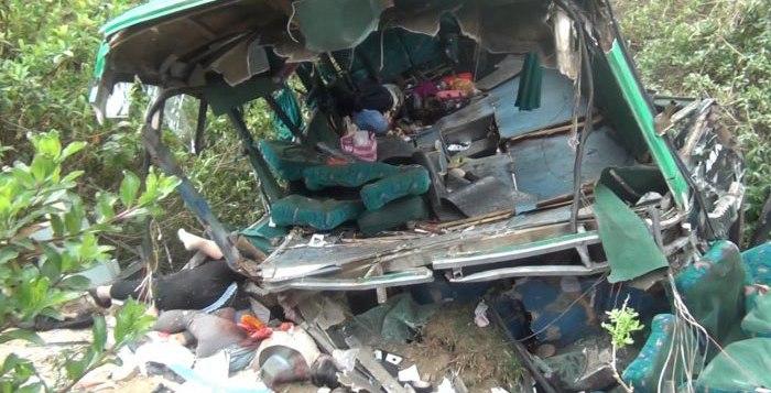 El autobús de pasajeros cayo en un precipicio en Ancash, Perú