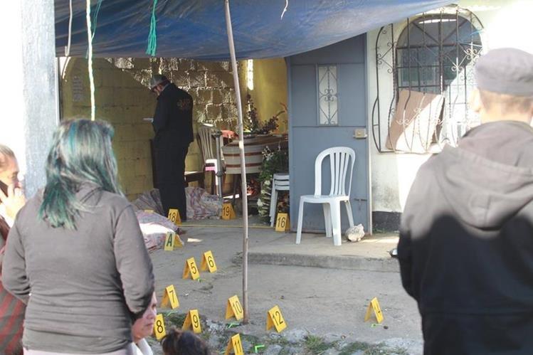 Vecinos observan diligencia policial en casa donde ocurrió el ataque. (Foto Prensa Libre: Estuardo Paredes)