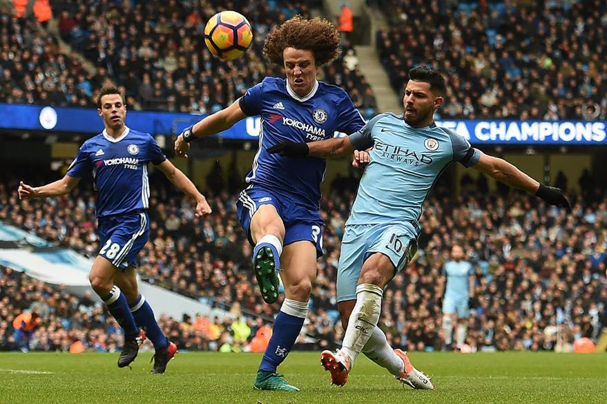 Momento en el que Agüero ocasiona la falta que dejó tendido en el césped a David Luiz. (Foto Prensa Libre: AFP)