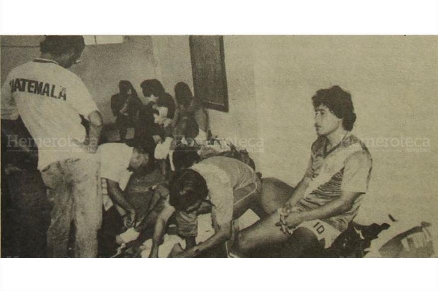 Carlos Ortega abre su maletín, Oscar Sanchez tiene la mirada ida, en el camerino de la Selección de Guatemala no se escuchaba ni el vuelo de una mosca. 21/08/1989