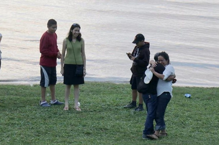 Héctor Suruy y Yolanda Flores se abrazan, luego de que ella aceptó la propuesta de matrimonio. (Foto Prensa Libre: Dony Stewart)