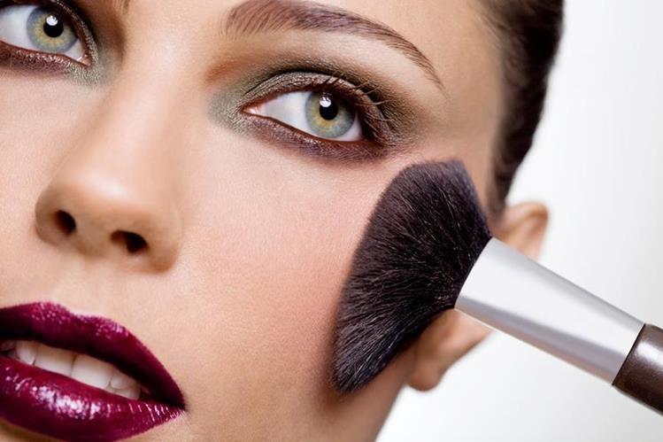 No hay temerle al maquillaje llamativo en ojos y boca.