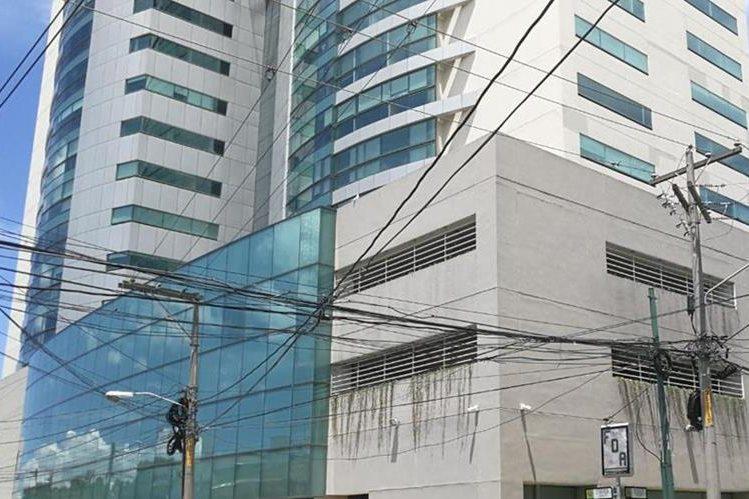 Edificio ubicado en la zona 10 capitalina, en el que se encuentran oficinas del MCN y son allanadas por el MP. (Foto Prensa Libre: Estuardo Paredes)