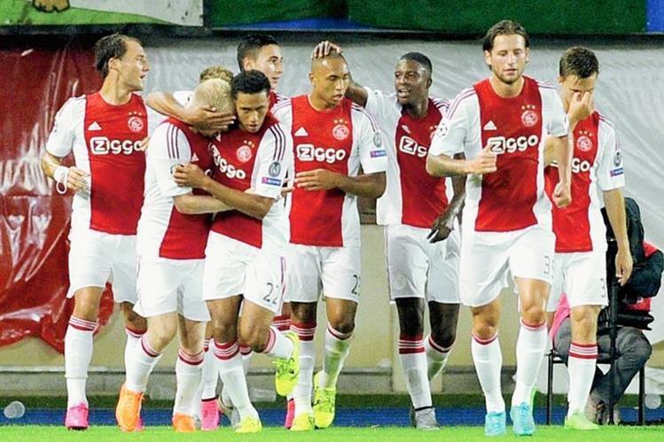 Davy Klaassen un gol con sus compañeros hoy ante el Rapid Viena. (Foto Prensa Libre: EFE)