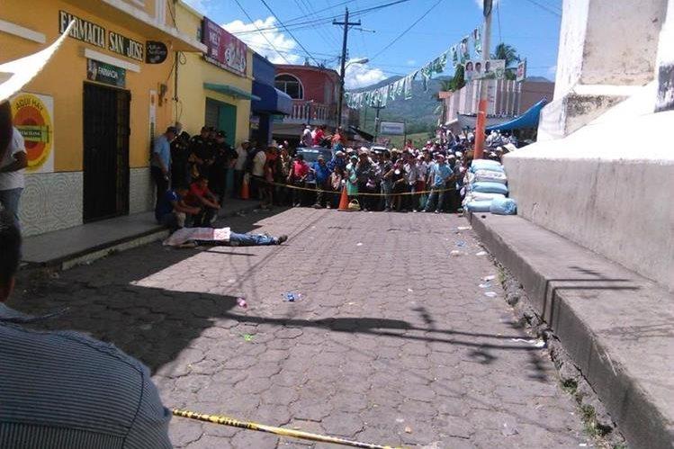 Pobladores y autoridades observan cadáver de hombre en Jocotán, Chiquimula. (Foto Prensa Libre: Edwin Paxtor)