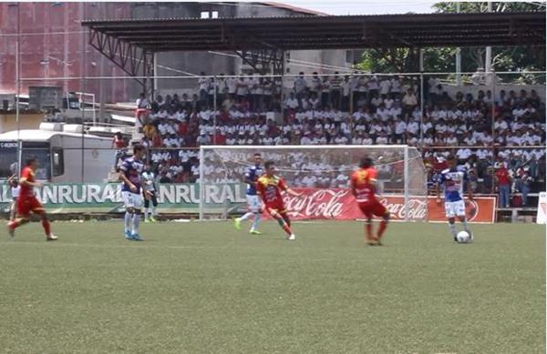 Las acciones en el terreno de juego fueron muy parejas entre Toros y Venados. (Foto Prensa Libre: Aroldo Marroquín).