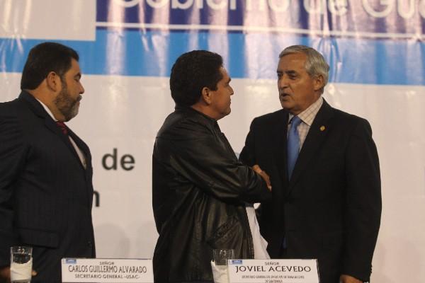 EL PRESIDENTE Otto Pérez Molina y el dirigente magisterial Joviel Acevedo se saludan en la graduación de maestros del Padep,   el jueves recién pasado.