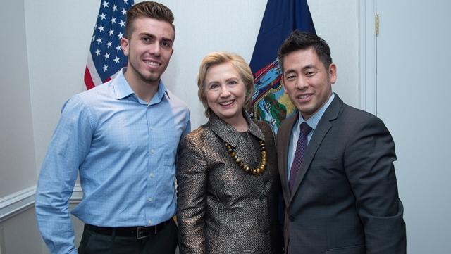 Villegas, junto a Hillary Clinton, candidata demócrata a la Presidencia de EE. UU., y Steven Choi, director de la Coalición de Inmigrantes de Nueva York. (Foto Prensa Libre: Cortesía)