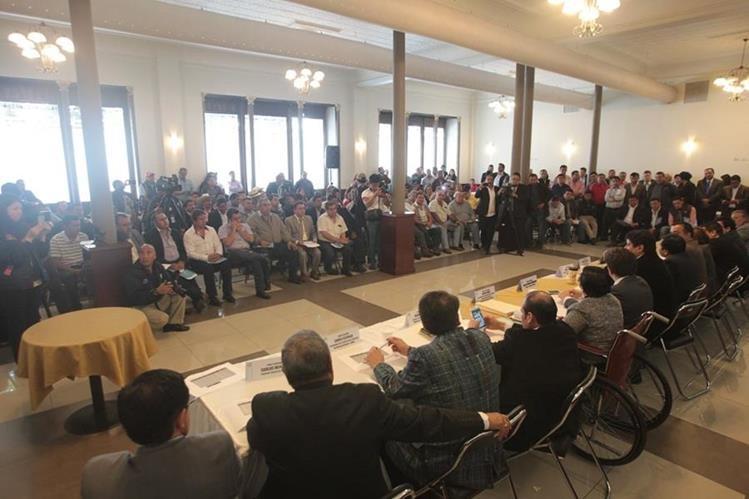 La Comisión de Finanzas del Congreso presenta, en el salón Larrazábal, una propuesta de normas presupuestarias que le quita el poder financiero a los Cocodes y se lo da a los alcaldes. (Foto Prensa Libre: Erick Avila)