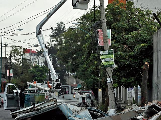 Vehículos destruidos y daños en el sistema eléctrico causó el colapso de varios muros.