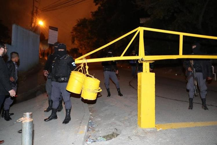 Guardias del Sistema Penitenciario resguardan el ingreso a El Preventivo de la zona 18. (Foto Prensa Libre: Antonio Jiménez)