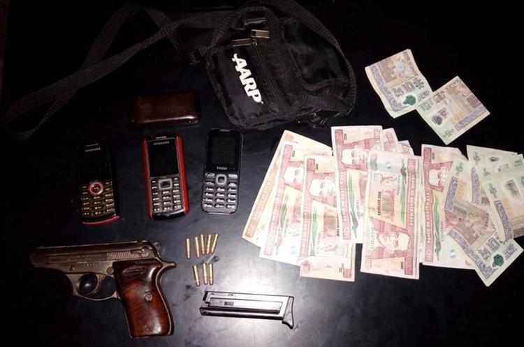 Lo decomisado a los supuestos asaltantes capturados en Petén. (Foto Prensa Libre: PNC)
