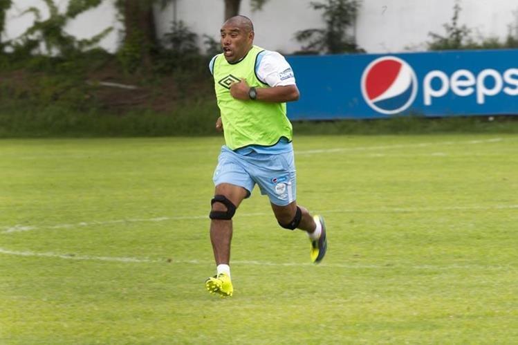 Juan Carlos Plata acompañó a los jugadores durante el entrenamiento de este lunes. (Foto Prensa Libre: Norvin Mendoza)